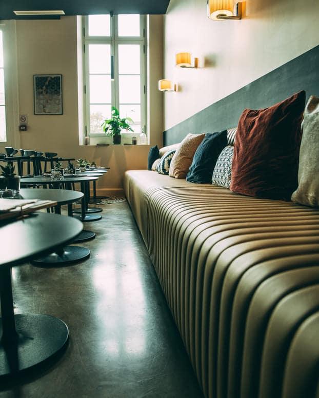 bar louise cognac banquette profil